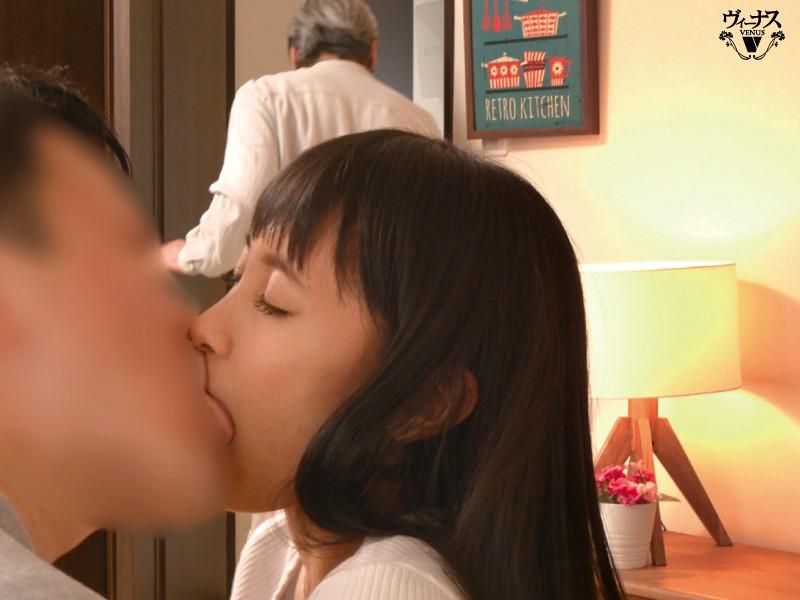 VENU-960:逢见リカ每天和儿子送老公出门后,两秒就立刻和儿子合体