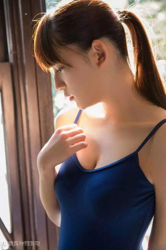 穿蓝色吊带裙的清纯女孩