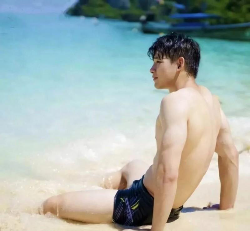 游泳池里的超大肌肉男光滑又凸,大大男孩我可以惹。
