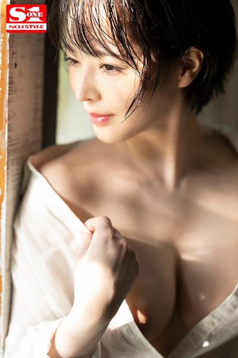 G奶小只马「三宫つばき」化身骚气OL,「解开衬衫的巨乳」让人无限遐想!