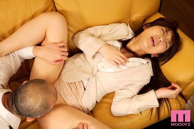 "MIDE-243:已婚人妻""神咲诗织""被表白,渐渐迷恋上粗暴的上司。"