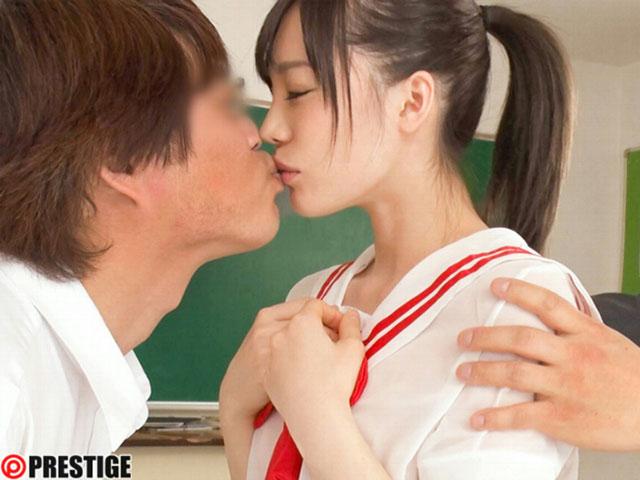 """ABP-866 :透明制服学生妹""""铃村爱理""""随意切换,男生们忍不住一拥而上。"""