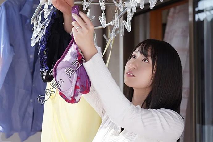 梦乃爱华(梦乃あいか)总是喜欢在阳台上晾衣服